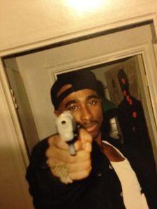 tupac-with-gun